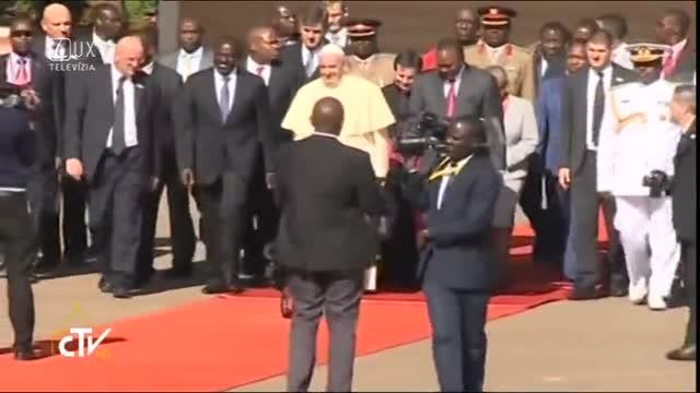 PÁPEŽ V AFRIKE - KEŇA: Odlet z letiska v Nairobi